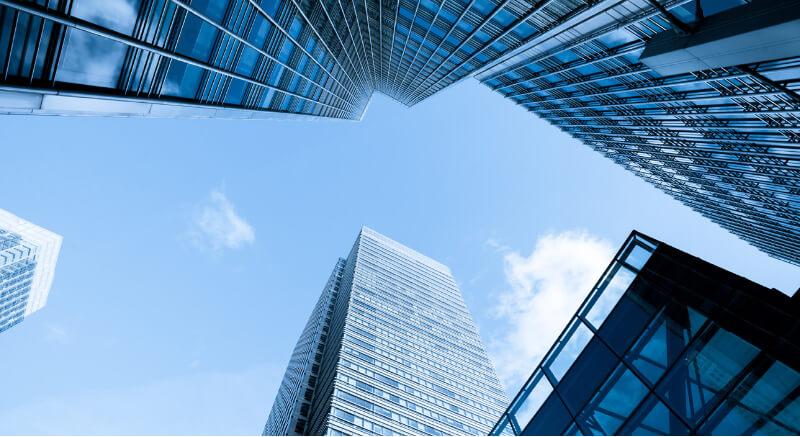 高層ビルを見上げた風景写真