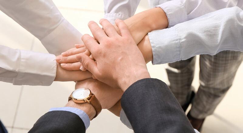 手を合わせ一致団結している様子の写真